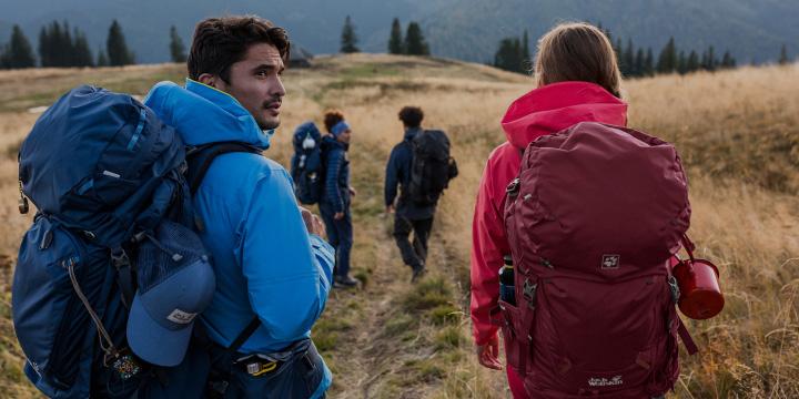 Gruppe von Wanderern mit Trekkingrucksäcken
