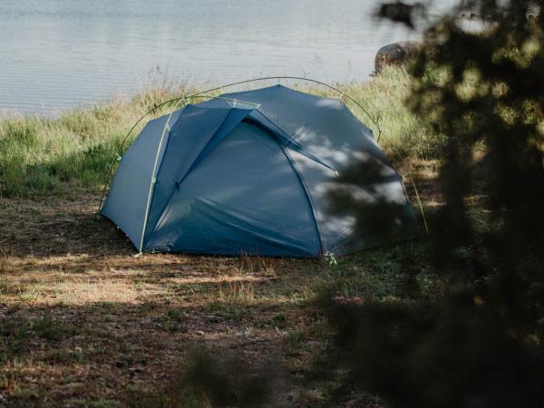 Aufgebautes Zelt in der Natur